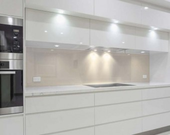 k chenr ckwand farbig lackiertes glas vom profi. Black Bedroom Furniture Sets. Home Design Ideas